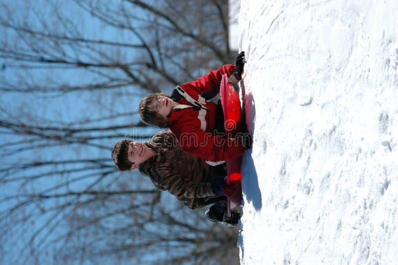 Garçons sledding images libres de droits