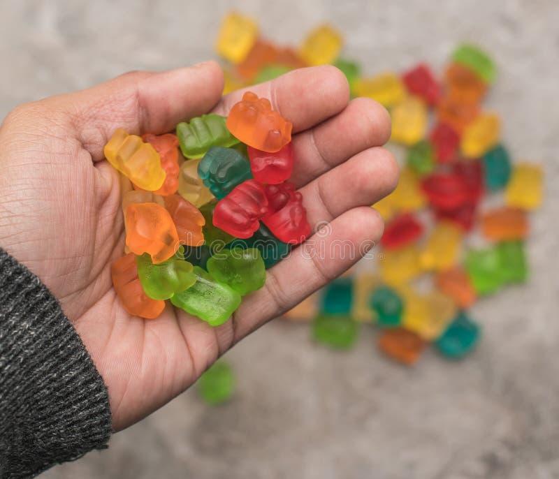 Garść Gumowaci niedźwiedzie zdjęcia stock