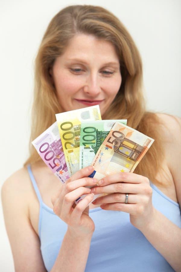 garści przyglądająca pieniądze ponuro kobieta zdjęcia stock