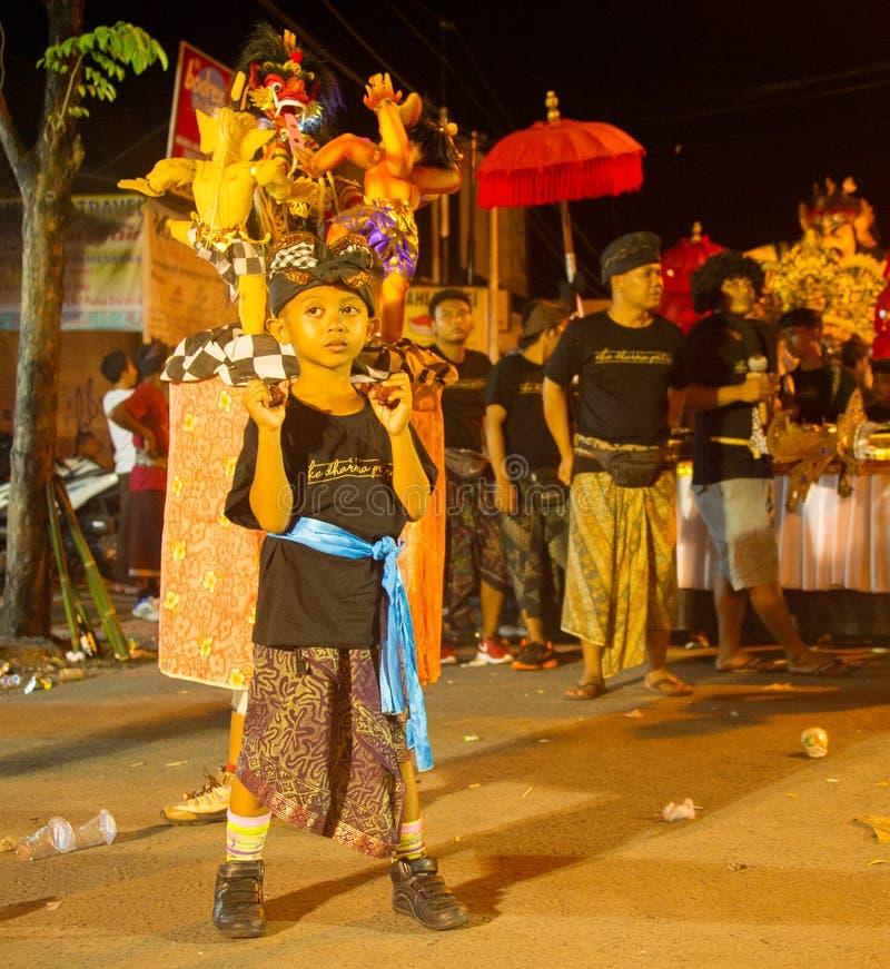 Gar?on avec des chiffres de Nyepi, Bali photo stock
