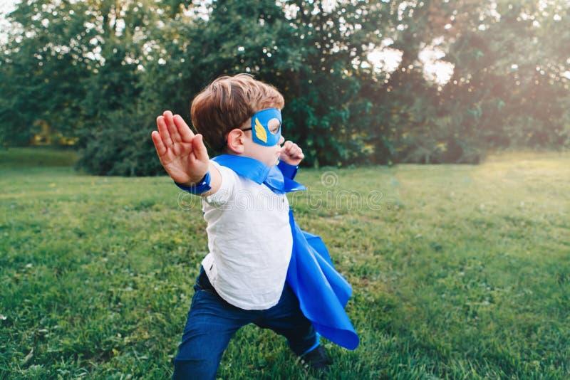 Gar?on caucasien pr?scolaire d'enfant jouant le super h?ros dans le costume vert photographie stock libre de droits