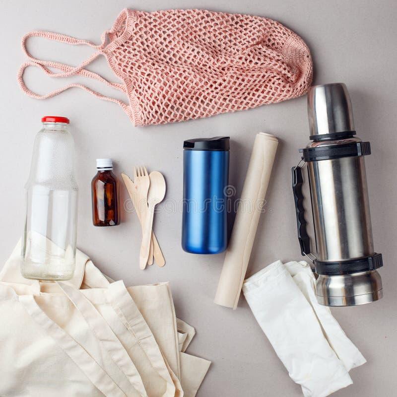Установите бесплатно пластиковые покупки и упаковку - сумки хлопка и стеклянный gar, бумага, бутылка steelness Нул концепций отхо стоковое фото rf