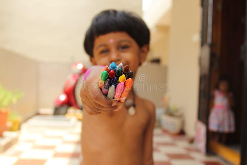 Gar?on tenant des crayons image libre de droits