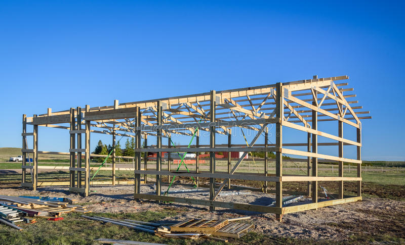 Garaż budowa w przedmieścia, usa Drewno, drewniany dachowy kratownicowy system Podmiejski budynek zdjęcia royalty free