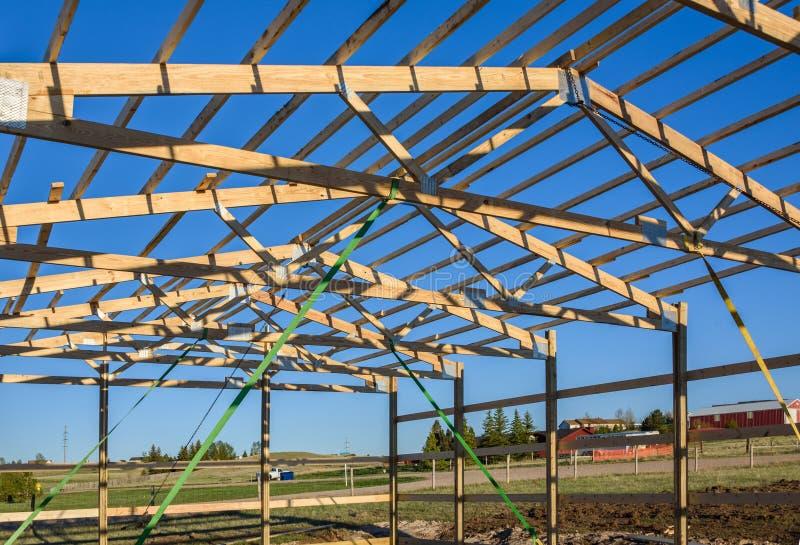 Garaż budowa w przedmieścia, usa zbliżenie Dachowy widok Drewno, drewniany dachowy kratownicowy system Podmiejski budynek zdjęcia stock