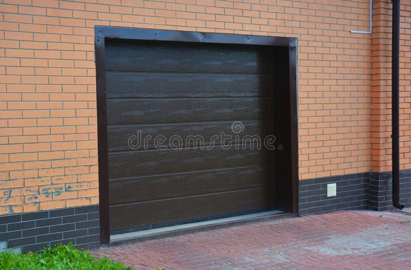 Garaż Drzwiowa instalacja, naprawa z wentylacją zdjęcia stock