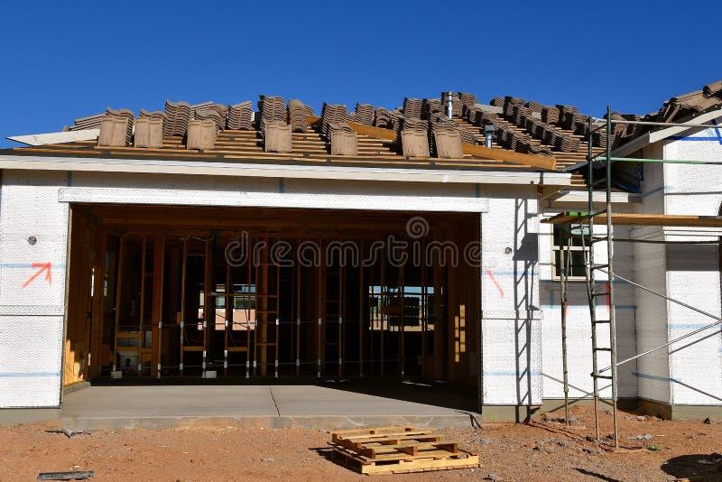 Garaż i dom w budowie zdjęcie stock