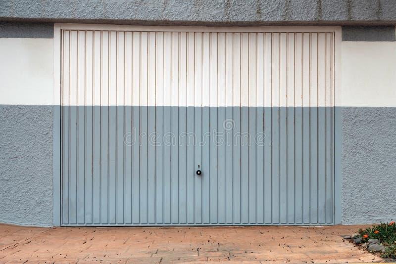 Garażu drzwi - metalu garażu brama zamykająca fotografia stock