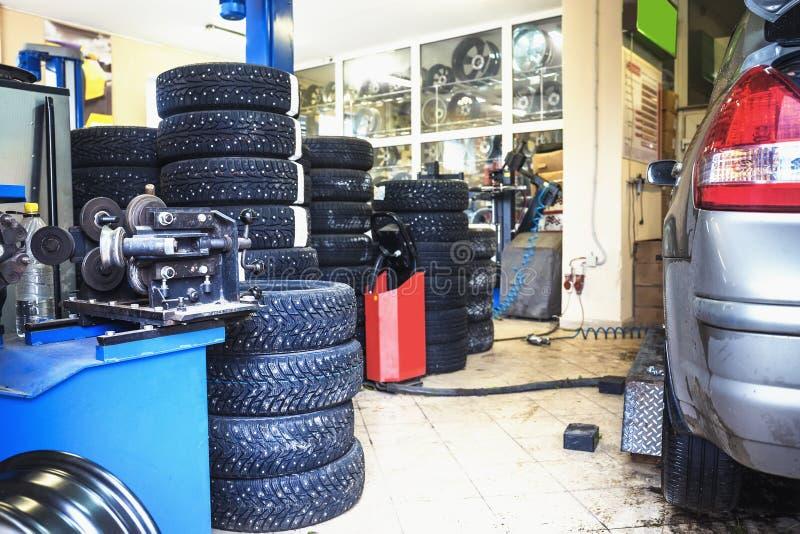 Garażu i auto mechanika samochodu usługa pojęcie Samochodu troubleshooting i obraz stock