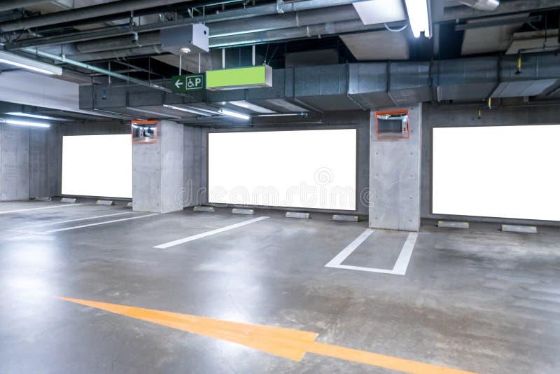 Garażu metro z pustym billboardem fotografia stock