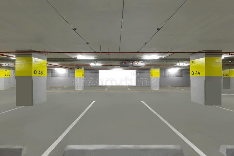 Garażu podziemny wnętrze z pustym billboardem zdjęcia royalty free