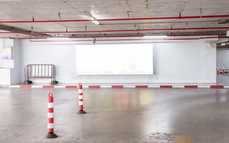 Garażu podziemny wnętrze z pustym billboardem obraz royalty free