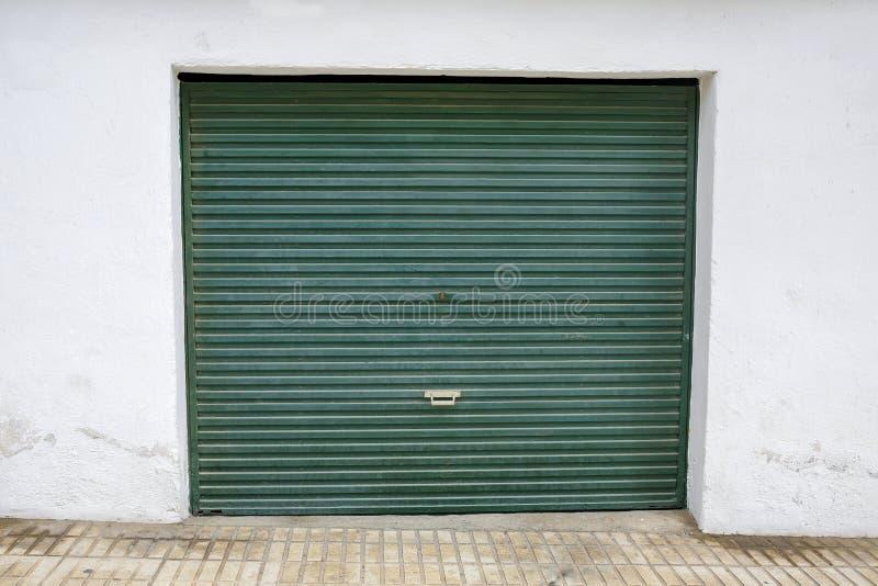 Garażu zielony drzwi obraz royalty free