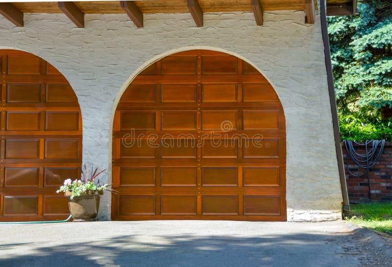 Garaży drewniani drzwi Gruziński rodzina dom fotografia royalty free