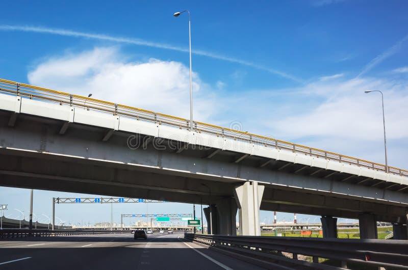 Gara motociclistica su pista moderna con il ponte del passaggio immagine stock