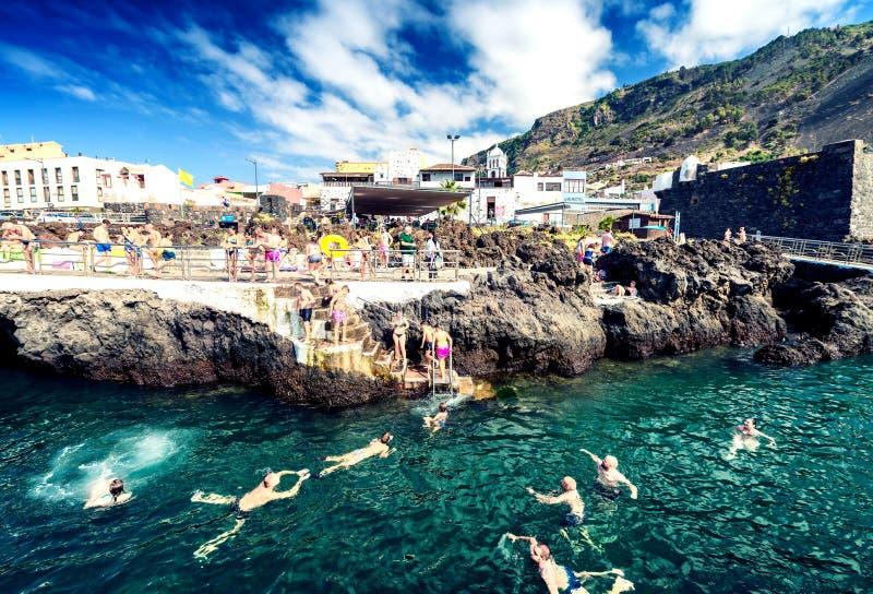 GARACHICO, ESPAGNE - 3 SEPTEMBRE 2016 : Les gens apprécient des piscines de ville T image stock