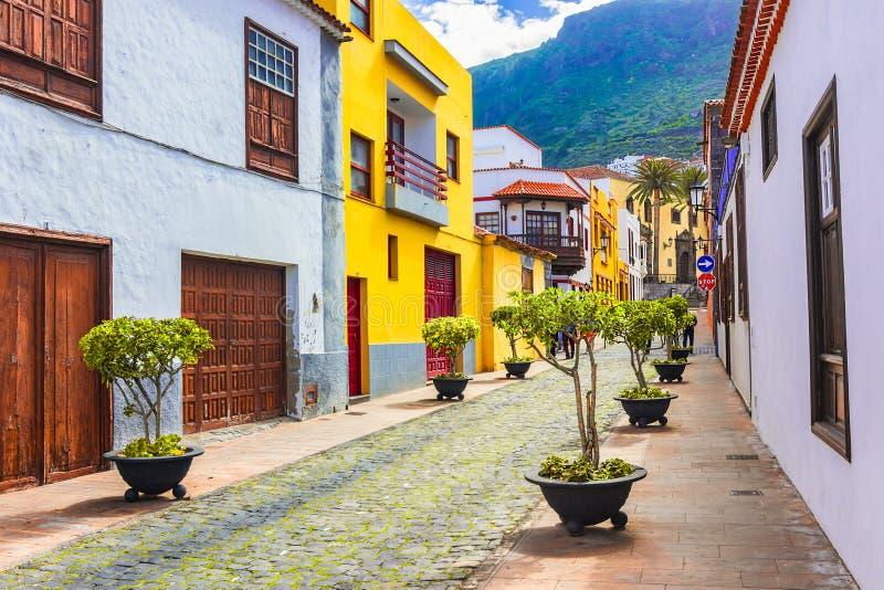 Garachico Tenerife, kanariefågelöar, Spanien: Gatasikt av den färgrika och härliga staden royaltyfri foto