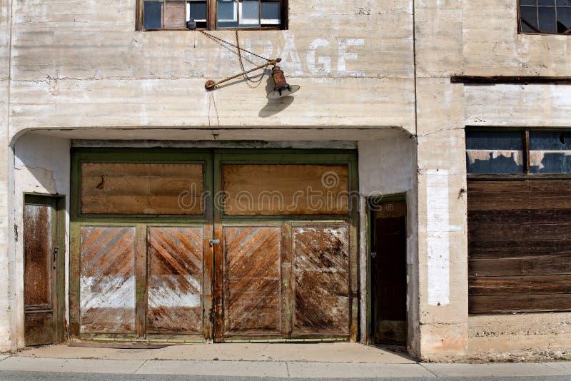 Garage abandonado viejo imagen de archivo