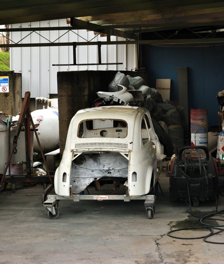 Garage, altes Auto unter Wiederherstellung stockbild