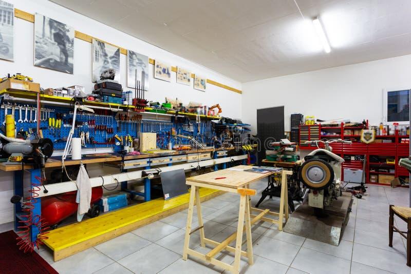 Garage con gli strumenti del lavoro per gli entusiasti del motore fotografia stock libera da diritti