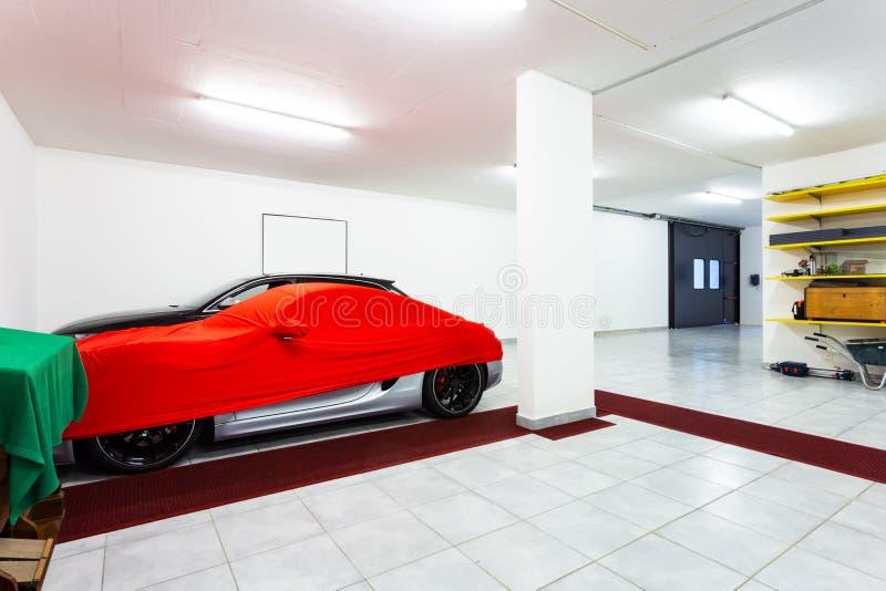 Garage con le automobili sportive di lusso fotografia stock