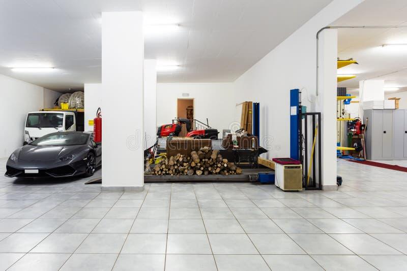 Garage con le automobili sportive di lusso fotografia stock libera da diritti