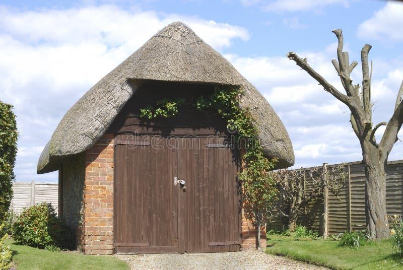 Garage cubierto con paja cerca de Bognor Regis.UK imagen de archivo