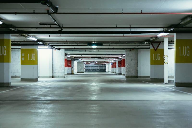 Garage dans le souterrain Asphalte et parkings vides images libres de droits