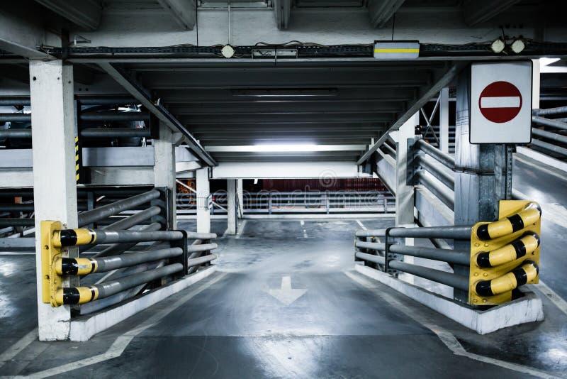 Garage de estacionamiento en el sótano, subterráneamente interior, imagen de archivo libre de regalías