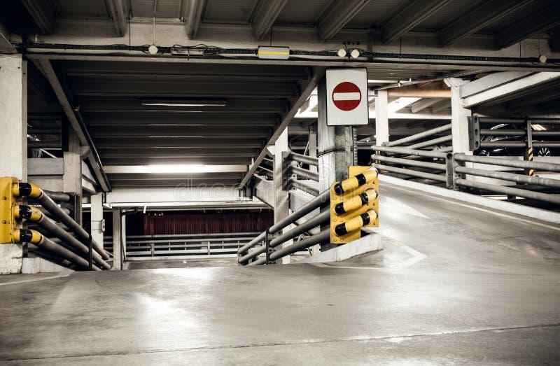 Garage de estacionamiento en el sótano, subterráneamente interior fotografía de archivo libre de regalías