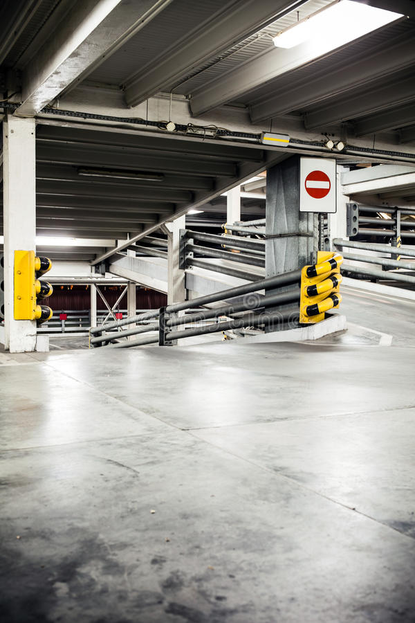 Garage de estacionamiento en el sótano, subterráneamente interior imagen de archivo libre de regalías