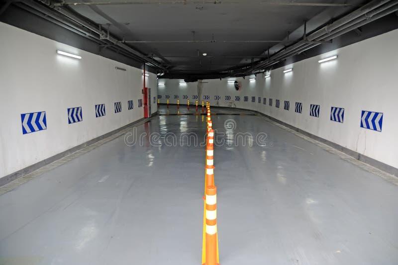 Garage de estacionamiento subterráneo fotografía de archivo