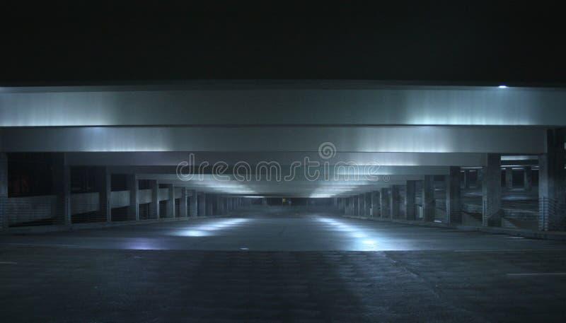 Garage de la noche foto de archivo libre de regalías