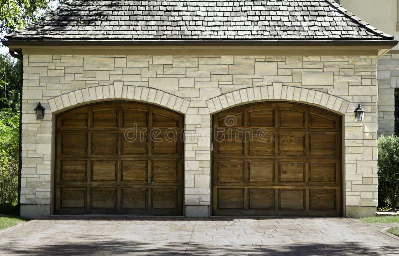 Garage de madera típico del coche del roble de dos coches imagen de archivo libre de regalías