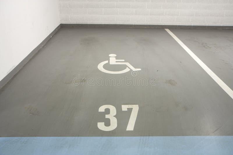 Garage de subterráneo para la persona lisiada imagenes de archivo