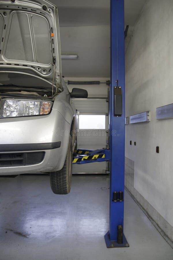 Garage des véhicules à moteur de service avec la voiture image stock