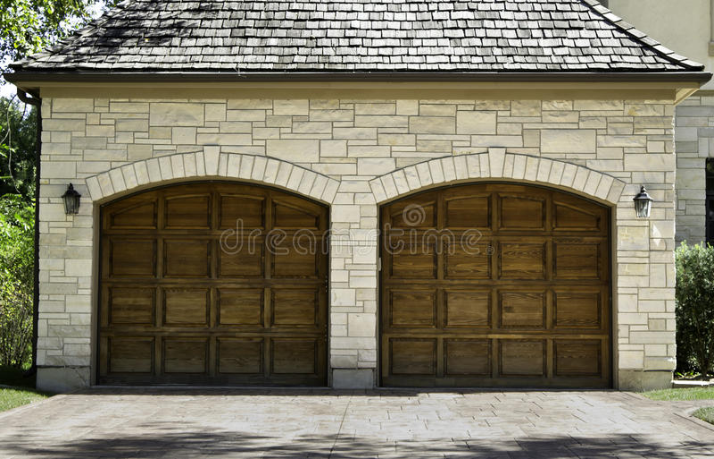 Garage di legno tipico dell'automobile della quercia delle due automobili immagine stock libera da diritti