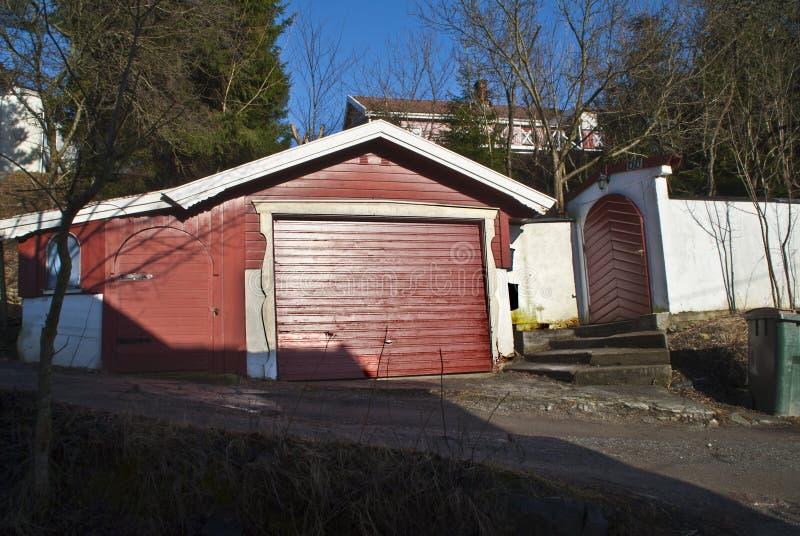 Garage e cancello sviluppati in legno ed in massoneria. fotografia stock