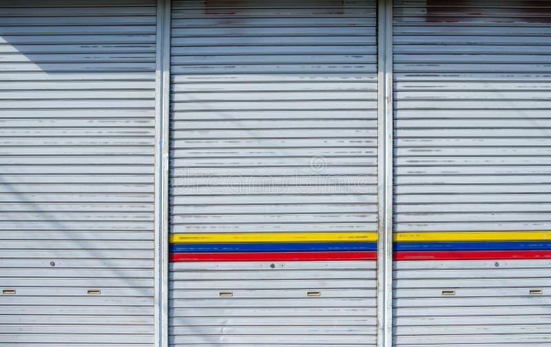 Garage för dörr för järnmetallglidning med solljus royaltyfri bild
