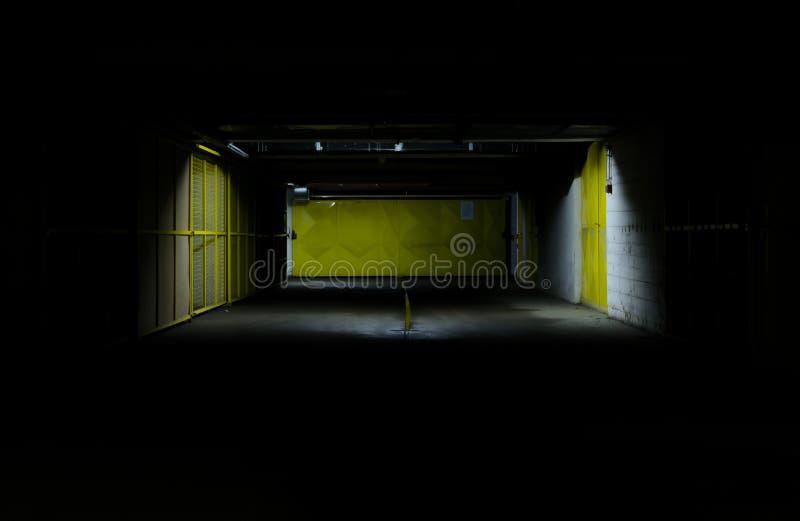 Garage la nuit images stock
