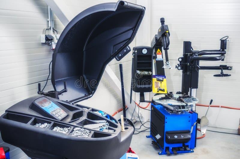 Garage, materiaal het opzetten en in evenwicht brengende wielen royalty-vrije stock foto