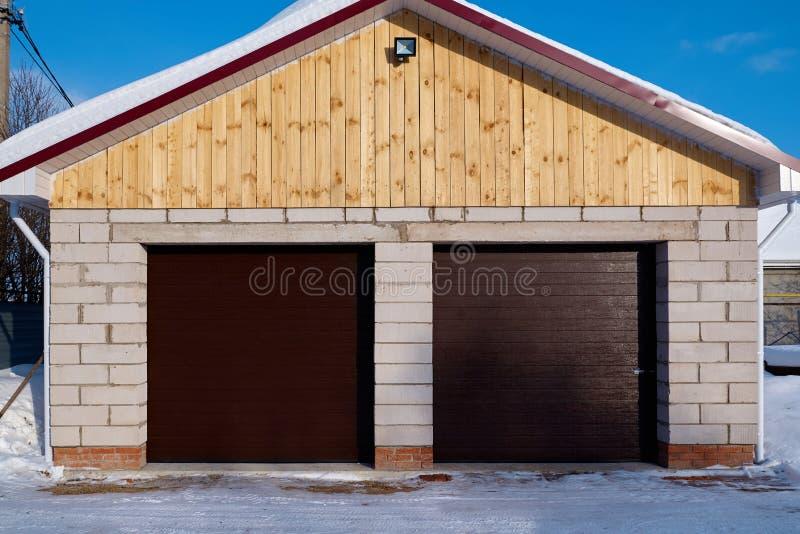 Garage met automatische deur royalty-vrije stock foto