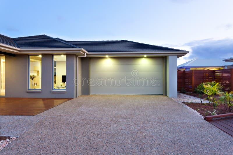 Garage Met Een Lange En Brede Concrete Of Steenwerf Vooraan Bij D