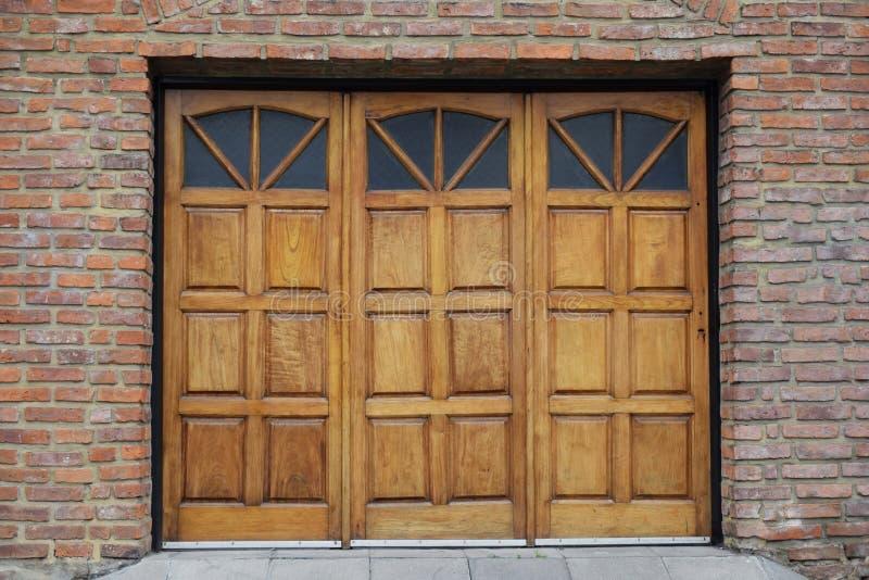 Garage met oude mooie antieke houten deur stock foto's