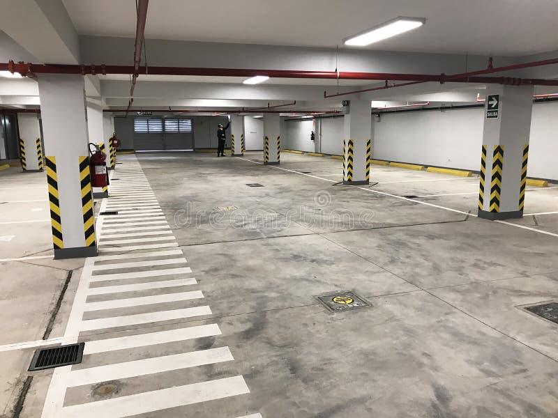Garage souterrain ou stationnement moderne de voiture au centre commercial ou au mail images libres de droits
