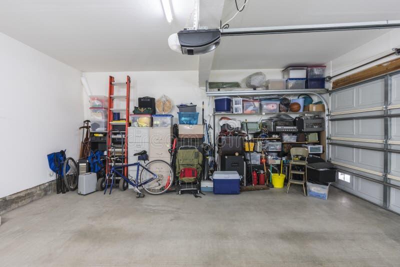 Garage suburbano stipato di ma organizzato immagine stock libera da diritti