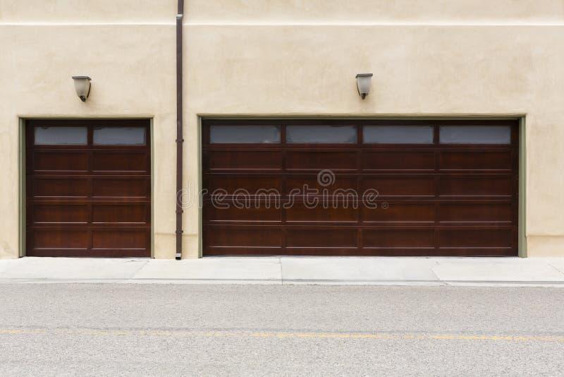 Garage traditionnel de 3 voitures photographie stock libre de droits