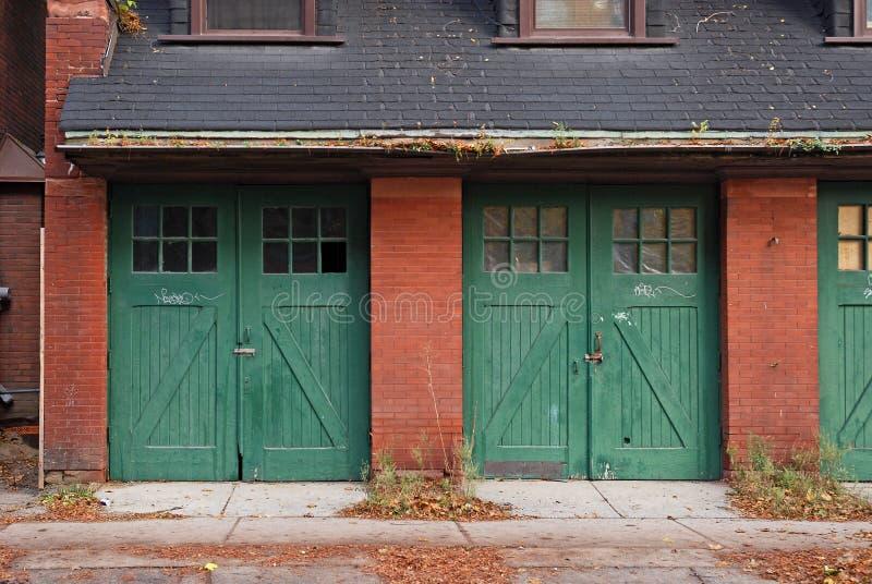 Garagedörrar fotografering för bildbyråer