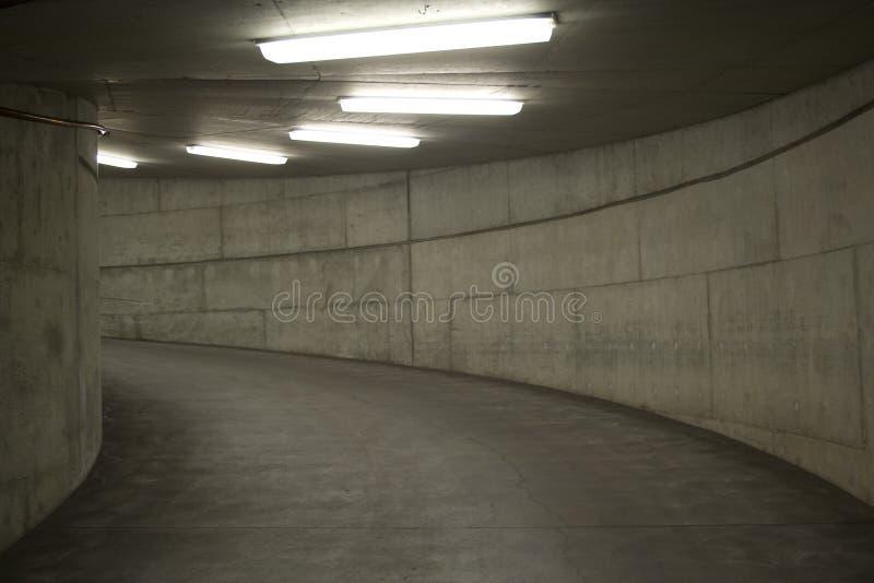 garagelampor som parkerar tunnelen arkivfoto