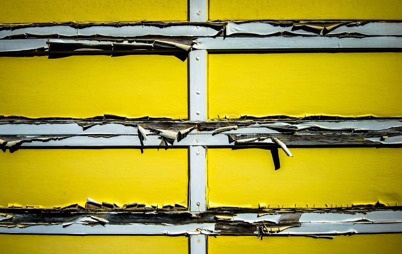 A garagem amarela velha. foto de stock